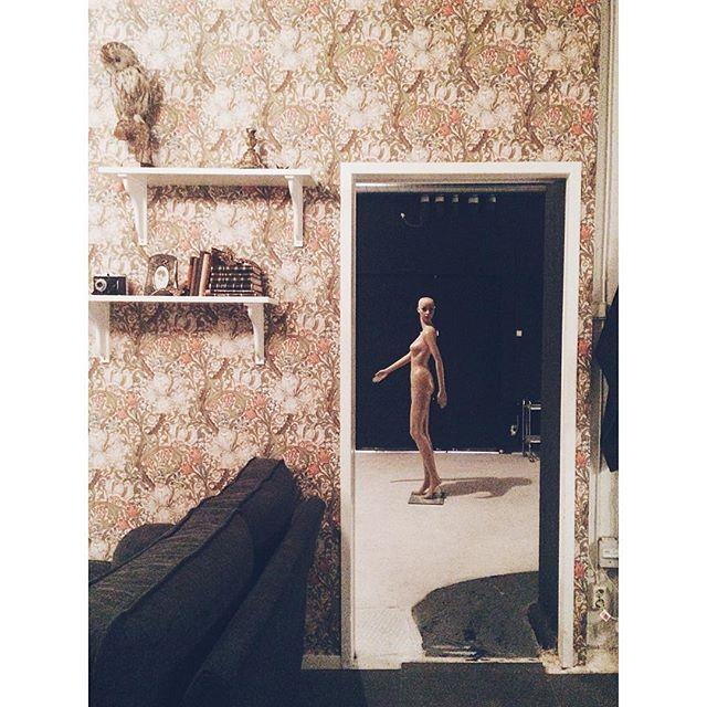 Fotograf Sanna Dahlén passar på att ge resten av studioteamet mardrömmar inför helgen med sin perfekt placerade nakendocka i studion 😖 Ett x antal rädda skrik har förekommit under dagen om man säger så... Trevlig fredag den 13:e på er! 👻 #studiolundberg  #rentalstudio #hyrstudio #kvarngatan #photostudio #södermalm #stockholm #friday13th