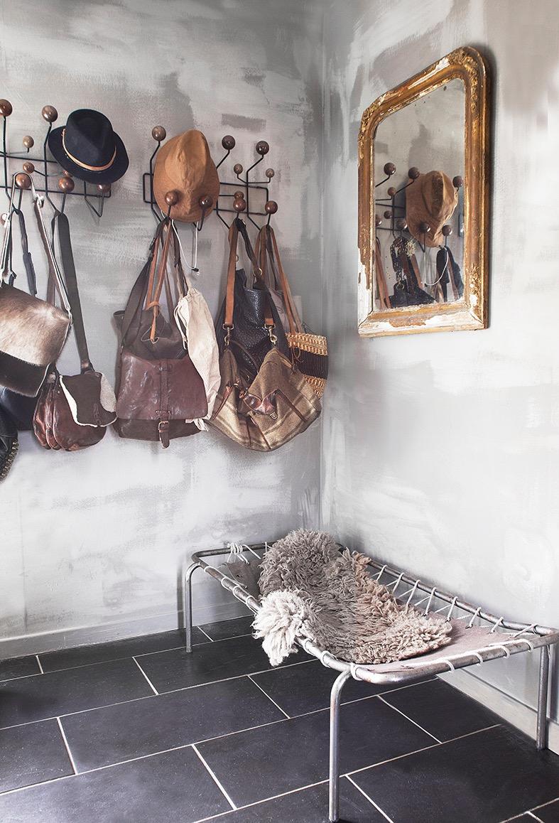 Vintage speil fra  Wild Wood , vintage hundeseng fra Bolina, mye brukt og elsket sydvest fra Ætt. Avslørende stor veskesamling fra ulike produsenter, kjøpt, brukt, vintage og nye. Foto © Filippa Tredal