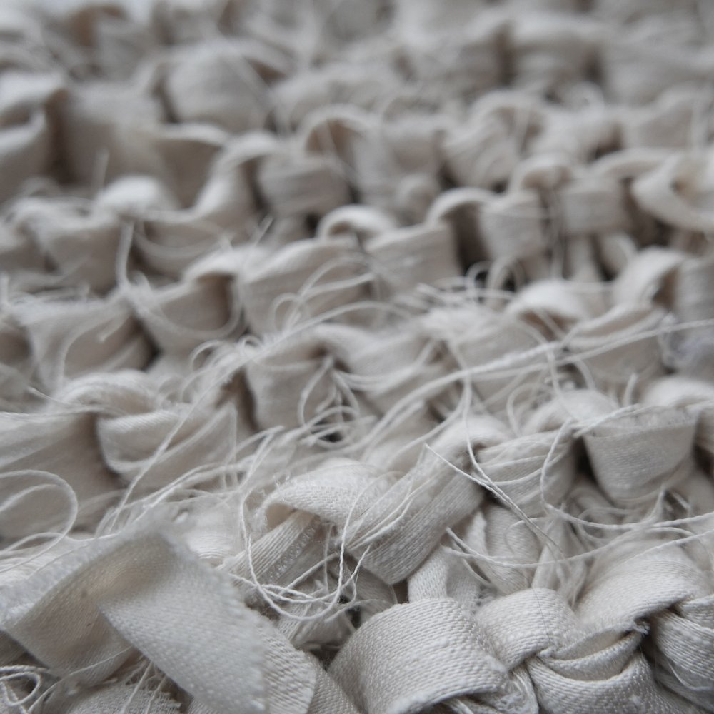 GJENBRUK: Jeg har strikket både lampeskjermer, putetrekk og grytekluter av bomullsremser som er revet opp fra laken, håndklær og andre tekstiler som ikke lenger gjør nytten i sin originale form.