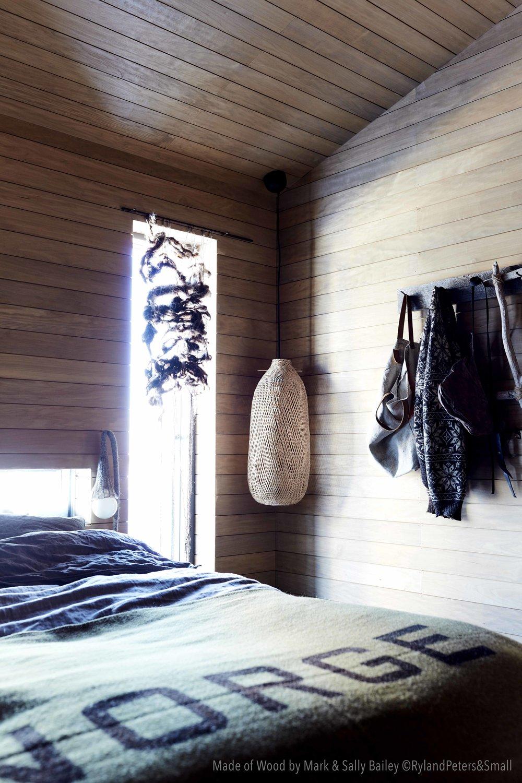 Vinduer uten listverk gir et moderne preg til en ellers rustikk stil. Foto fra boken Made of Wood av Mark og Sally Bailey, foto Debi Treloar, copyright Ryland Peters & Small.