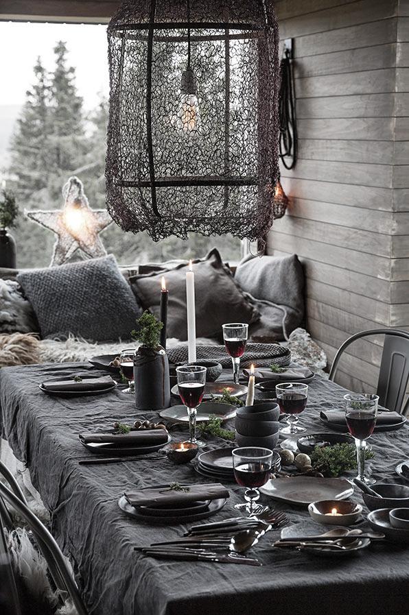 Dersom du har noen håndlagede unike elementer med i borddekkingen får du straks et personlig preg på bordet.Den vakre keramikken til Ragnhild (WIK OSLO) er små kunstverk i seg selv. Hver skål er unik og forteller sin egen historie.