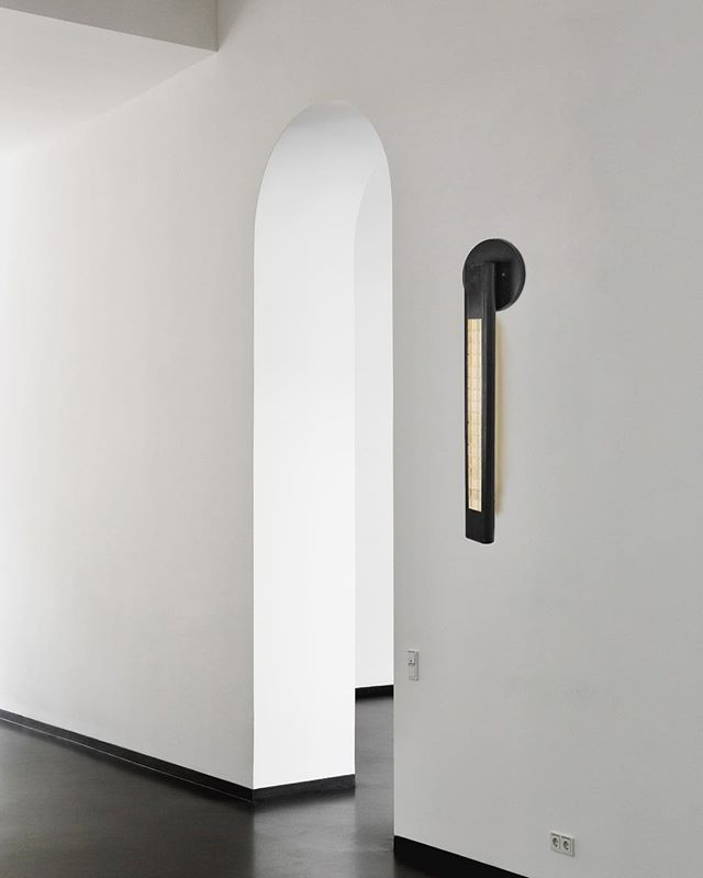 The Yakata sconce in Onyx Brass is a sui generis greeting for any entryway. . . . . . . . . . . .  #contemporarylighting #modernchandelier  #linelight #linearlight #modernlighting #architecturallighting #moderninteriors #scandinaviandesign #scandinavianinteriors #bespokelighting #luxuryfurniture #highendmodern #minimalistdesign #minimalistlighting #minimalistchandelier #luxuryminimal #daikonstudio #daikonic
