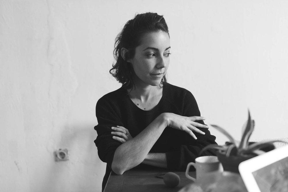 Lucrecia Dalt arbeitete zuerst als Tiefbau-Ingenieurin, bevor sie sich endgültig der elektronischen Musik zuwandte. Über Barcelona kam die gebürtige Kolumbianerin nach Berlin, veröffentlichte bisher fünf Soloalben und kooperierte mit Julia Holter. Sie veröffentlichte Podcasts für das Online Radio des Museum of Contemporary Art of Barcelona, arbeitete an Sound Design Installationen und Performances an Institutionen wie dem Reina Sofia Museum Madrid, in Zusammenarbeit mit der Künstlerin Regina de Miguel. Im Oktober 2016 wurde sie als erste (!) Frau eingeladen, an der RBMA Montreal Studenten in einem Tonstudio anzuleiten. An jedem 4. Montag im Monat wird ihre Radiosendung Pli ausgestrahlt im RBMA Radio.
