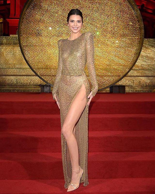 Kendall Jenner at the #fashionawards in London wearing @julienmacdonald  #middleeasternfashionista #swarovski#kendalljenner#julienmcdonald#golden#trend#model#fashion#style#saudi#saudiarabia#jordan#swag#London#nyc#beirut#damascus#dubai#uae#paris#qatar#isatnbul#kuwait#bahrain#doha#fashionista