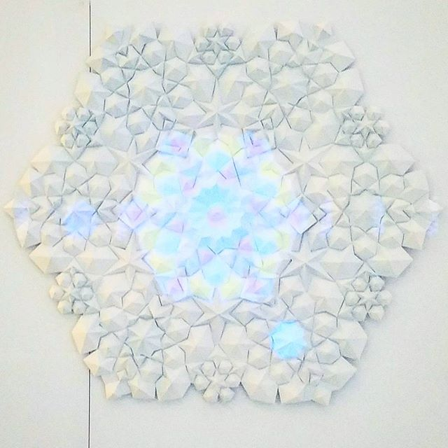 Refracted @tahreek_motion . . . #design #papercraft #papersculpture #paper #animation #motiongraphics #projectionmapping #projection