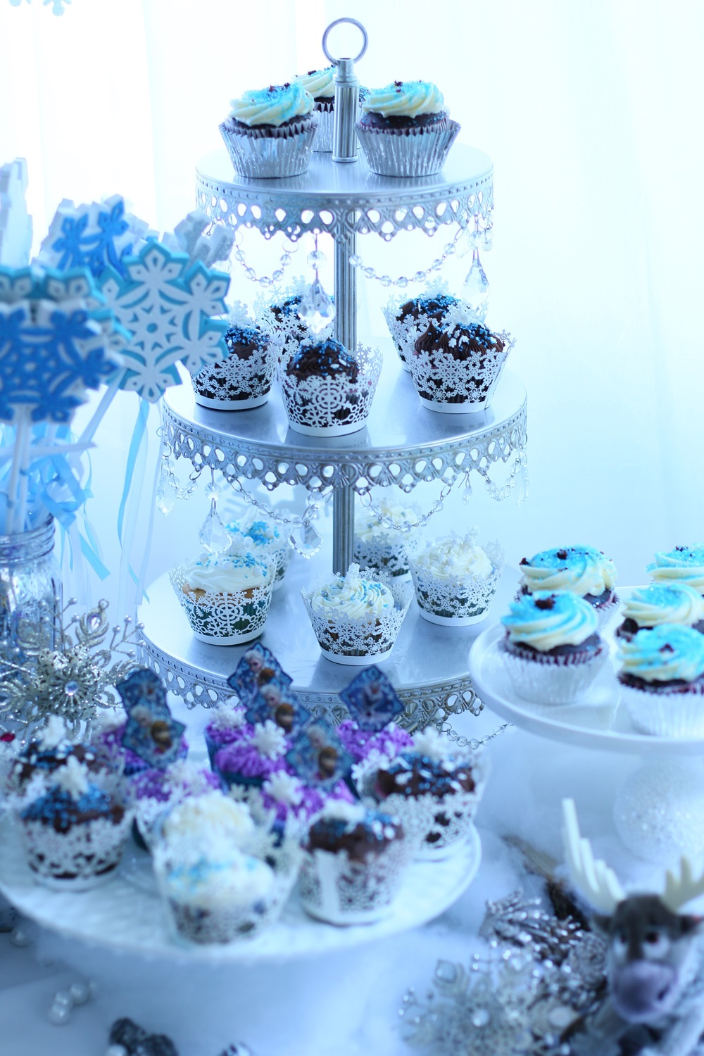 Cupcake stands - Rentals for a FROZEN party. @inJOYtheParty