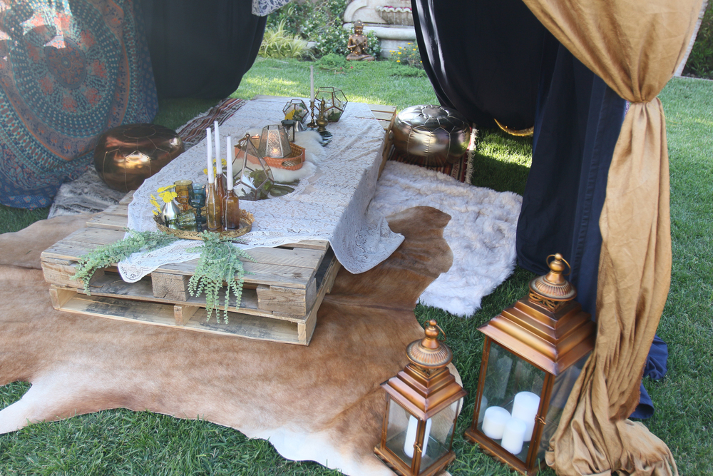 Low pallet tables, macramé & lace, geometric vessels, florals, textured rugs, colorful textiles, dream catchers, lanterns, candlelight…Basically a Bohemian dream. A curated collection for you to rent!