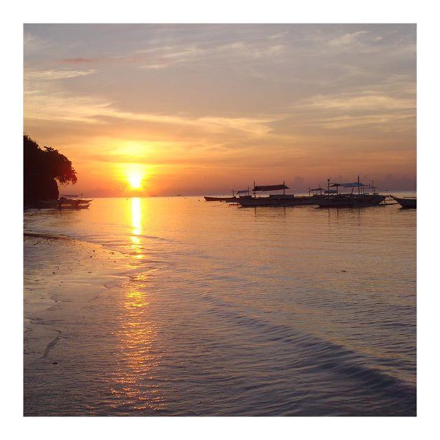 Sunrise in Alona. Perfect time to reboot your mind and spirit for a fresh start! Happy Monday! #monday #mondaymotivation #sunrise #sun #alonabeach #panglao #panglaoisland #bohol #philippines #tropicallife #yogaeverywhere #yogaeverydamnday #light