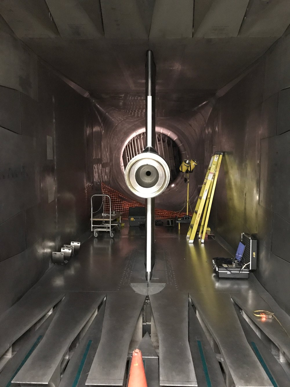 Wind tunnel mount for test models