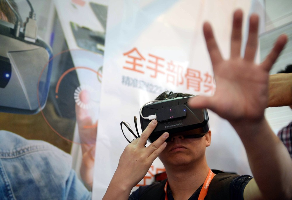 la-et-mn-vr-watch-virtual-reality-theme-parks-20150608.jpg