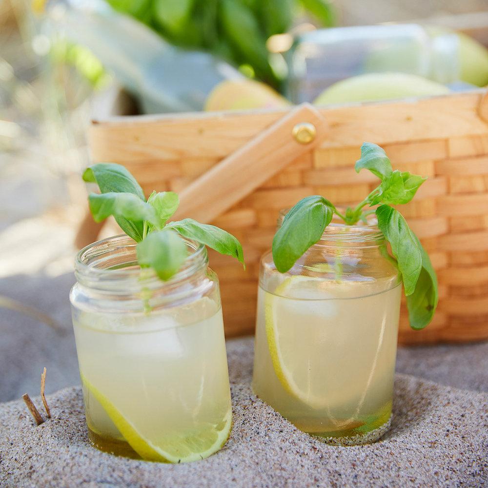 Solskens Whiskey Sour med basilika - 1/2 flaska Solsken Citron Lemonad4 cl basilikasockerlag4 cl whiskeyIsBasilikasockerlag2,5 dl vatten2,5 dl sockerTre kvistar med basilikabladLägg alla ingredienser i en kastrull och koka upp,låt det sjuda i ca 5 min. Sila sedan bort bladen.Recept och bild: applesofmyeye.com