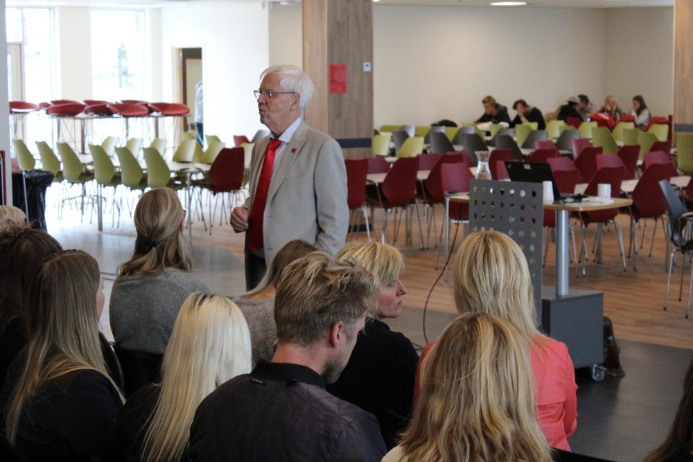 Magne Raundalen snakker til fullsatt publikum ved første innslaget under Bjørnsonfestivalen i år. FOTO Andrea Hustad Johansen (1).JPG