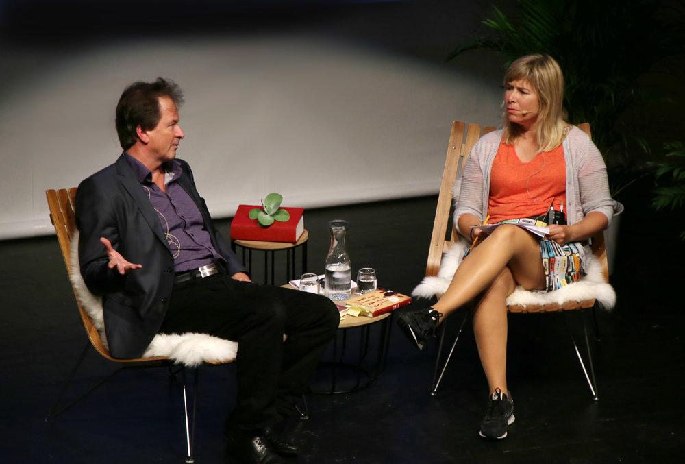 """Kjell Westö i samtale med Synnøve Haga under """"Møte med Kjell Westö"""" i Teatret Vårt onsdag kveld. Foto: Sven Erik Skarsbø."""