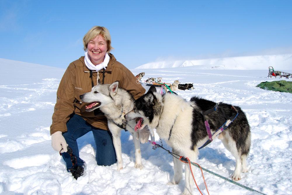 Monica med to hunder utenfor ishule.jpg