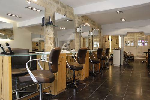 en plein cur du marais dans la rue saint paul le salon artistes coiffeurs coloristes est fort dune grande expertise en matire de coloration - Coiffeur Coloriste Paris