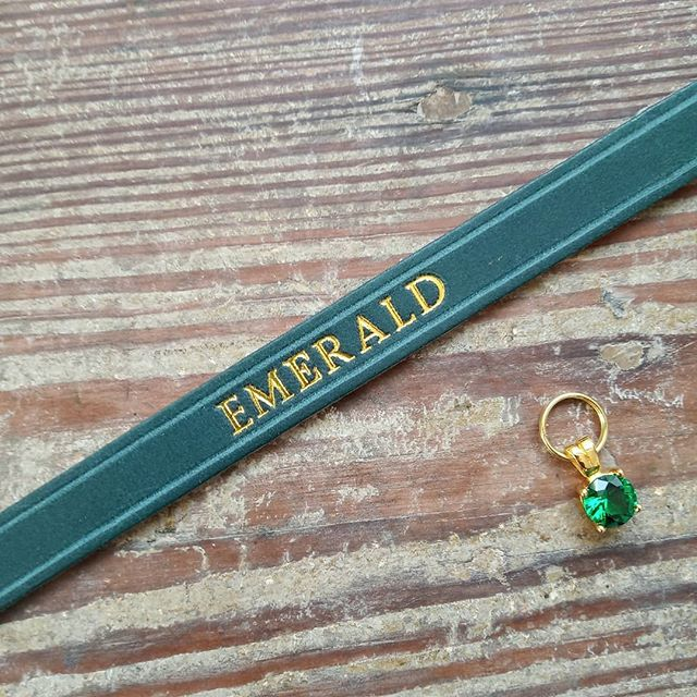 A lovely collar and Gem combination for a kitty called Emerald 💎😻 - Dark Green Rigby collar from our Heritage collection personalised with gold lettering. What will you cat's collar say? #cheshireandwain #luxurycats #catcollar #catlove #catlifestyle #personalisedgifts #madeinlondon
