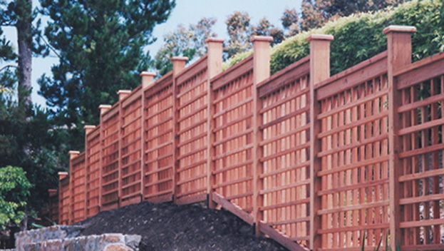 18_Tiburon Architectural Grid Stepped Fence .jpg