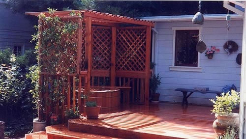 39_privacy screen and deck around wood soaking tub.jpg