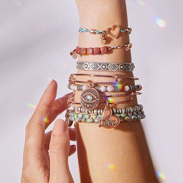 Why stick to just one bracelet style when you can rock them all together? Hello, spring styling 💁‍♀️