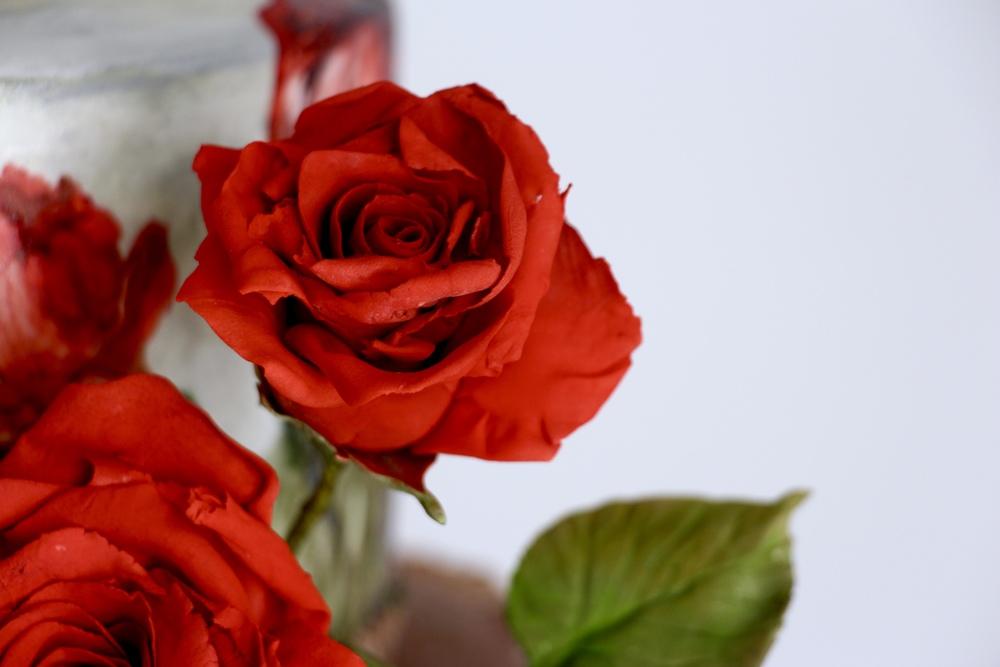 red sugar roses by jaime gerard cake