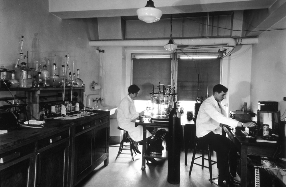 Chemical_laboratory_at_the_central_cancer_research_labs.jpg