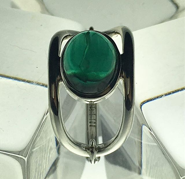 We just finished this custom hinged oval ring in #14kgold  white with #greens #topaz . 🔥🔥🔥 . . 📷 #miguelvillalobosnyc . . . . #studio #workshop #fashionaccessories #jewelrygram  #fashion  #brooklyn #newyork #new #womensaccessories #finejewelry . #ring #interiordesigner #designs #mindtheminimal #ファッション #style #スタイル #art  #アート #ジュエリー  #beauty #essential #luxury #luxurydesigner