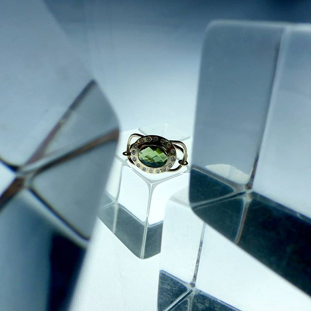 New custom hinged oval ring in white #diamonds, green #tournaline in #14kgold 🔥🔥🔥 . @lynnehiriak 💋❤👀 . 📷 #miguelvillalobosnyc . . . . #studio #workshop #fashionaccessories #jewelrygram  #fashion  #brooklyn #newyork #new #womensaccessories #finejewelry #gold . #ring #interiordesigner #designs #mindtheminimal #ファッション #style #スタイル #art  #アート #ジュエリー  #beauty #essential #luxury #luxurydesigner #ifyouseesomething