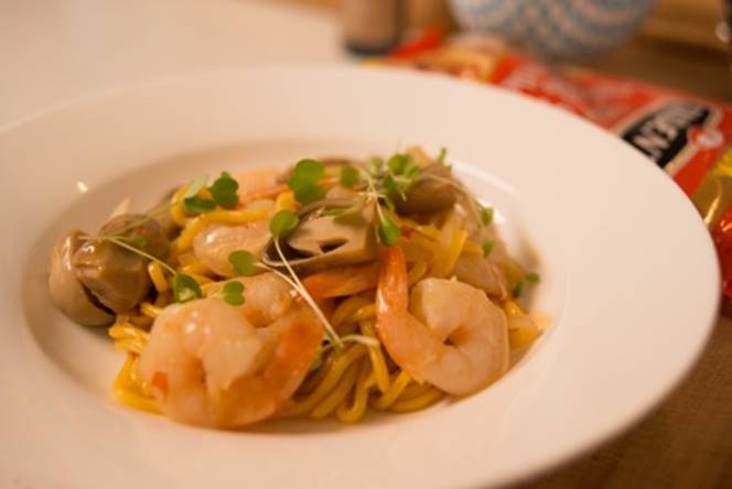 Chilli Sauce Egg Noodles with Prawns stir-fry