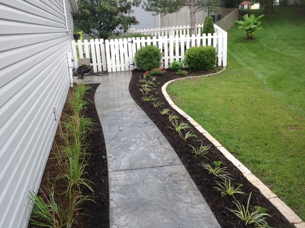 Walkway Mulch Beds and Edging