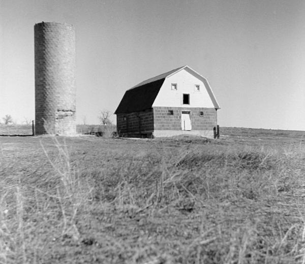 A barn photograph taken using the Argus Argoflex.