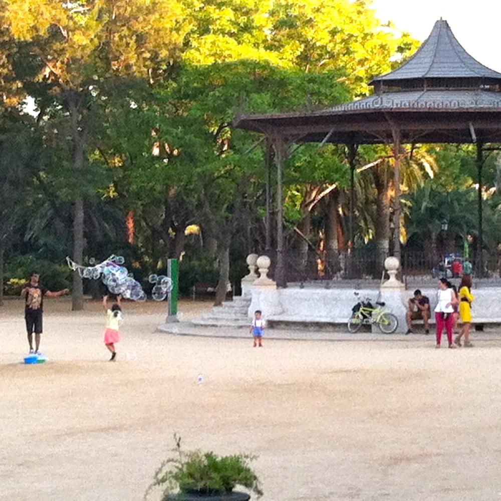 Bubble blower in Parc de la Ciutadella