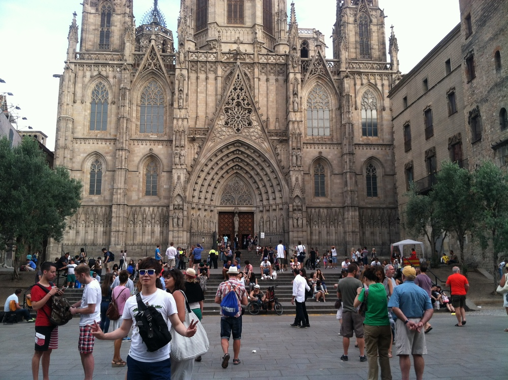 Can you spot the guitarist playing outside the Catedral de Barcelona?