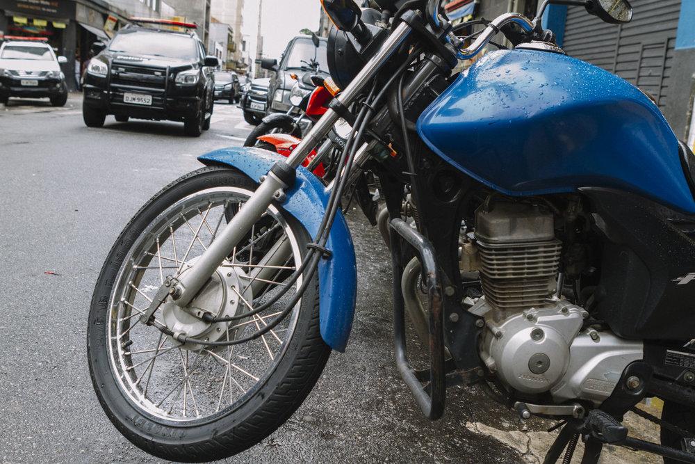 Operação do DEIC no centro de São Paulo fecha estabelecimentos que vendiam peças de motos de procedência duvidosa. Janeiro, 2017.