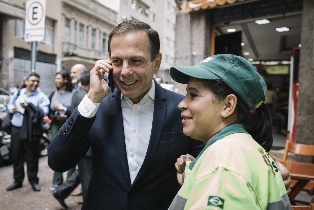 O prefeito de São Paulo, João Doria, interage com pessoas na rua no caminho para Prefeitura. São Paulo. 2017.