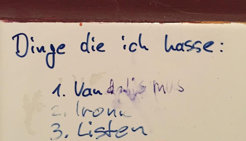 Auf dem Herren-WC des Imoto in Ottensen.
