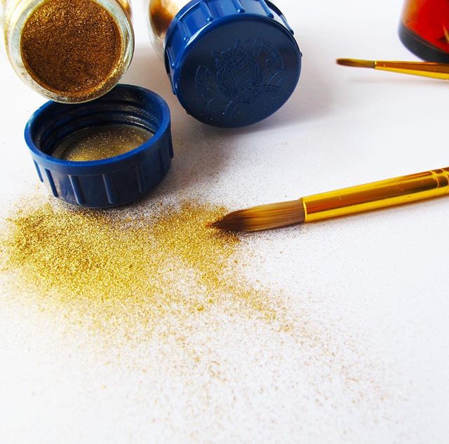 Going through all the materials I've collected over the years makes me insanely happy. I don't use them all, all the time, but having them in the studio helps me create new work. Experiment and get inspired.  I've just been looking at the unbelievable amount of different glitters I've acquired over time. They are all so beautiful and different.  What type of material are you collecting?  Oh and let's be honest I'm collecting way more than just different types of glitter. 😀 There is paper, paint, varnish, brushes, spatulas,....