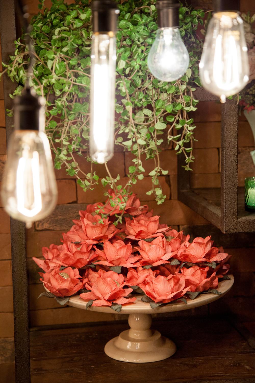 Iluminação by MD Eventos. E formas para doces by Floreando.