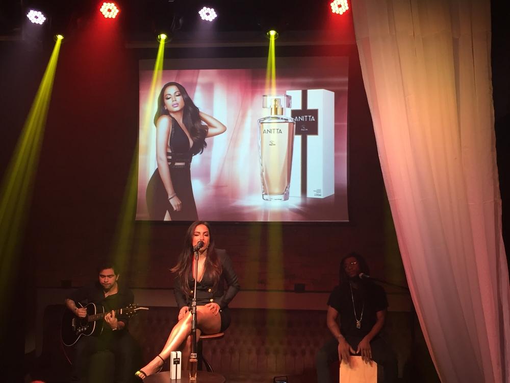 Show da Anitta em lançamento de perfume