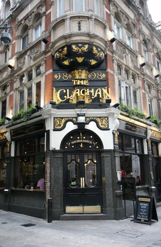 För femton år sen gick jag dagligen mellan mitt hem på Marble Arch och den här dörren. Clachan - en av Londons äldsta pubar. Det var under mina glansdagar som bartender :)   https://www.nicholsonspubs.co.uk/