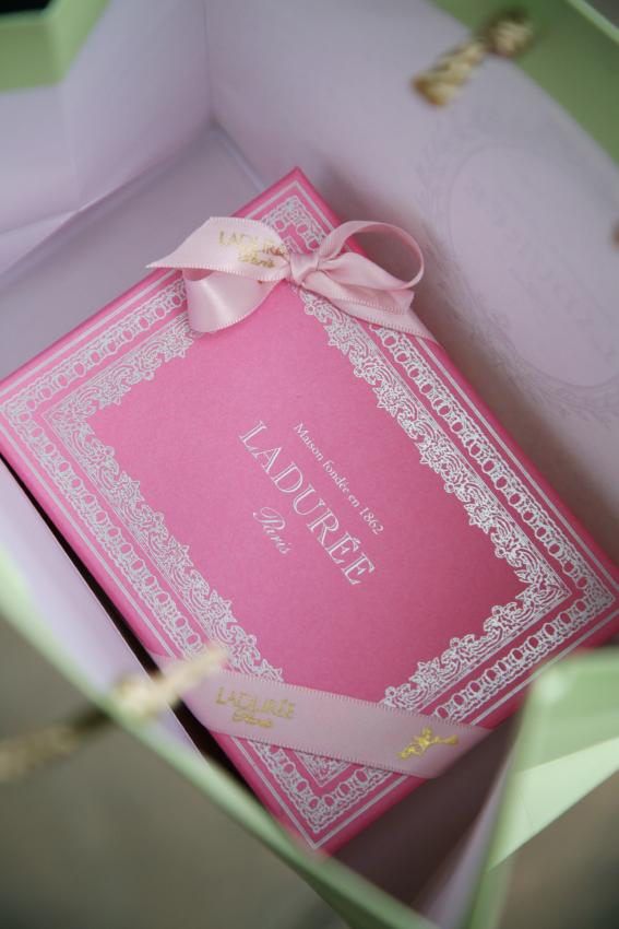 ...ett gäng sagolika macaroner i det här fina paketet! #laduree #picadillyarcade   https://www.laduree.fr/en/