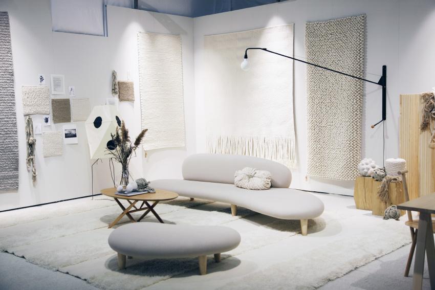 Det rumänska mattföretaget  Tisca Rugs  visade handgjorda mattor av finaste ull. Superfin monter och visst kunde man se att det var fantastiska inredningsdesignern   Lotta Agaton   som gjort den. Hon har även designat mattan som syns på golvet i bild,  Bella Lotta Stripe.