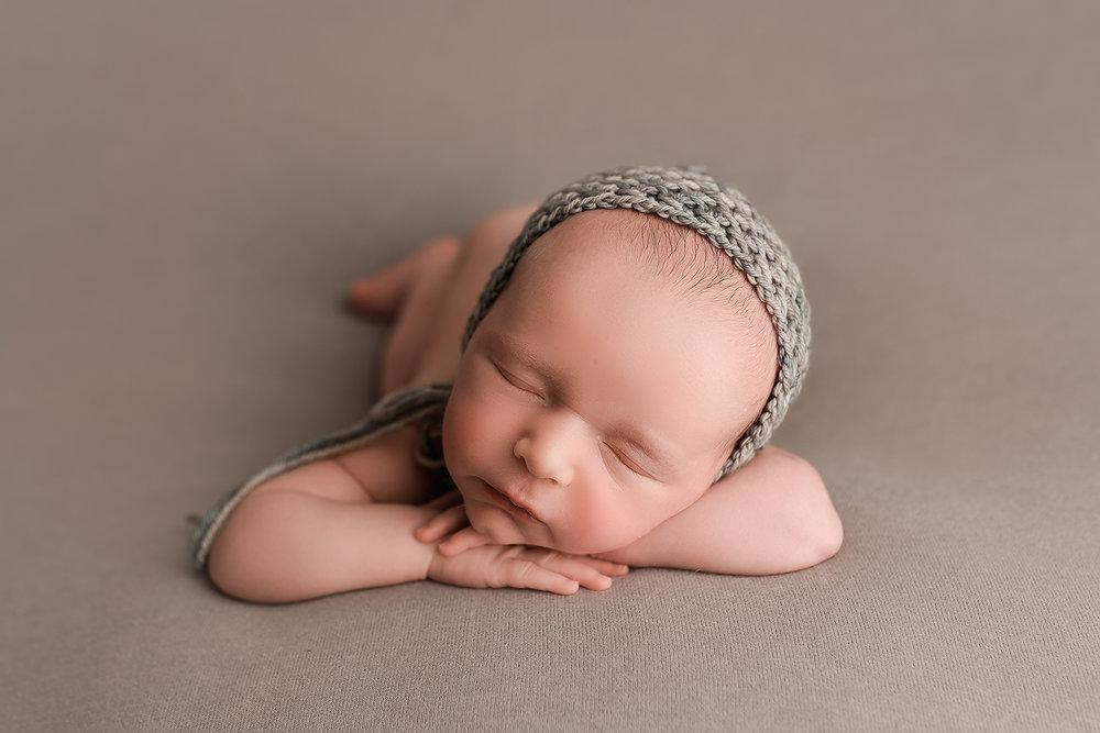 Baltimore Maryland Newborn Photgrapher Jessica Fenfert baby boy head on hands pose
