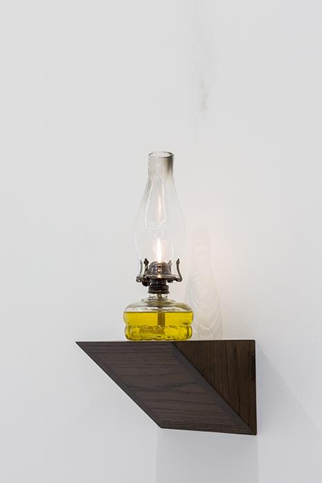Sin título   /   Untitled  , 2016  Madera, quinqué/ Wood, oil lamp  45 x 20 x 20 cm