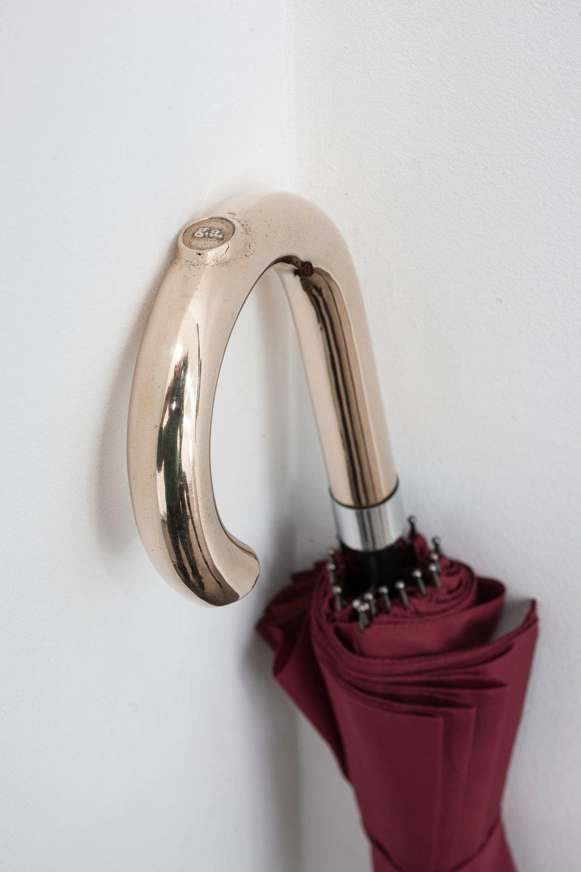 La sombrillade Apollinaire (roja) / Apollinaire's Umbrella (Red),   2017  Bronce, metal, tela / Bronze, metal, fabric  96 x 10,5 x 6,5 cm