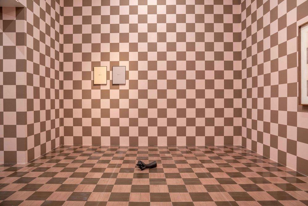 Diálogo sobre un poeta, una manzana y una retícula (Parte uno) I / Dialogue about a Poet, an Apple. and a Grid (Part one) I, 2018  Tinta sobre papel / Ink on paper  Políptico de 10 piezas de 37.5 cm x 27.5 cm / 10 piece polyptych, 37.5 cm x 27.5 cm each    ***  Luis, 2018 Bronce / Bronze  16 x 33 x 10 cm    Fotografía: Agustín Arce