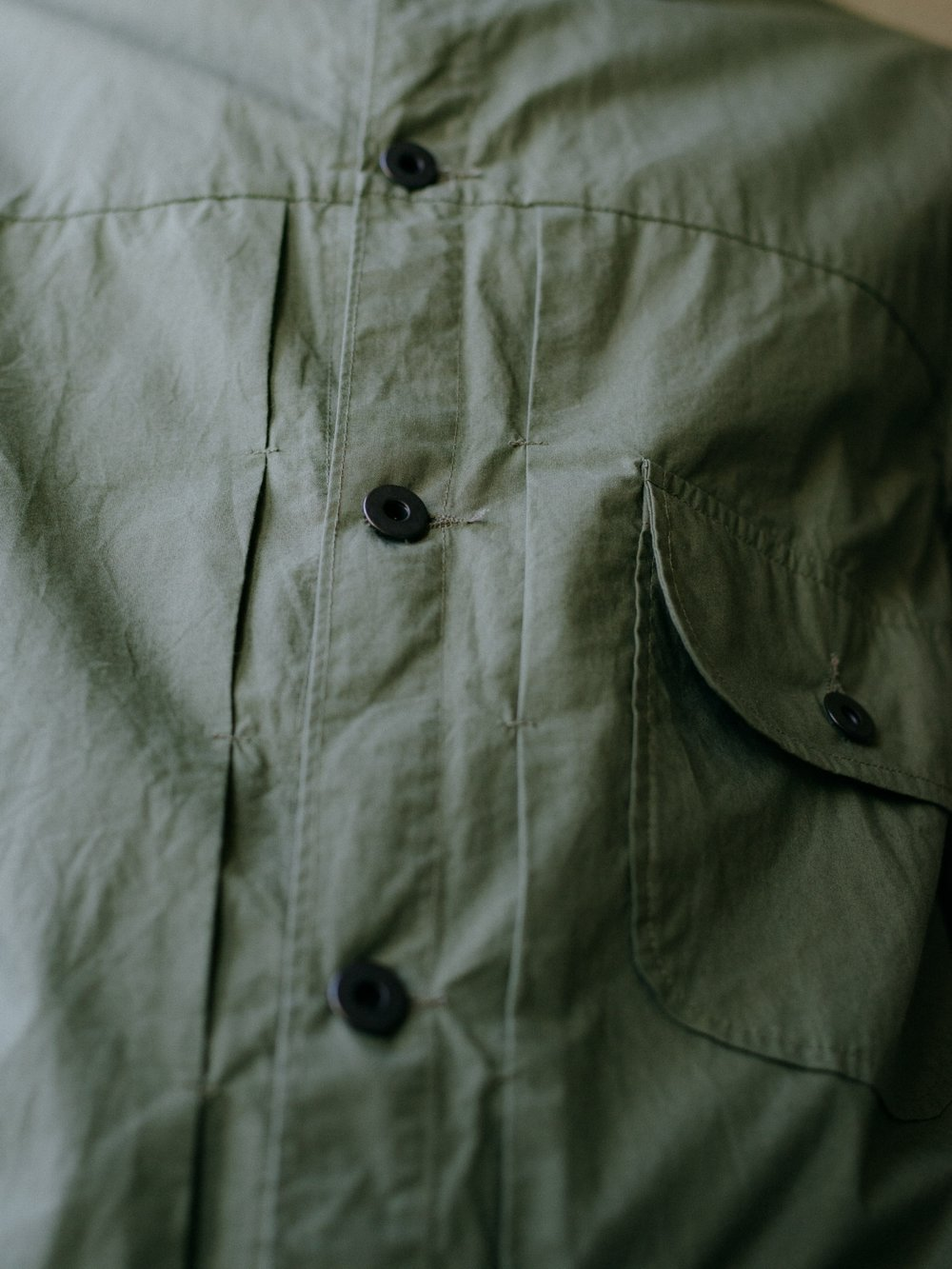 evan-kinori-pleated-jacket-olive-typewriter-cloth-2
