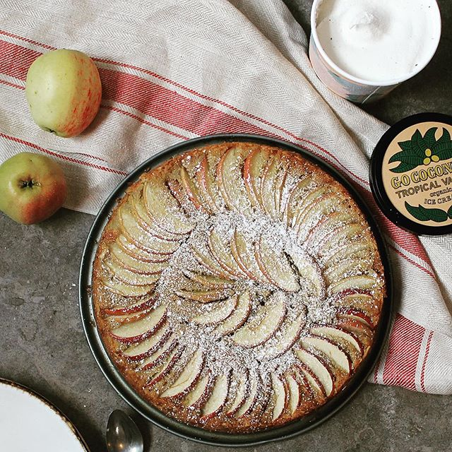 Lucky enough to have a Åkerö apple tree in the garden. This apple cake is made with almond and oat flour and spiced with cardamom. Serve it up with a scoop of Go coconuts vanilla. 🍎🍎🍎 . . . #gococonuts #vegan #plantstrong #plantbased #glutenfree #applepie #organic #icecream