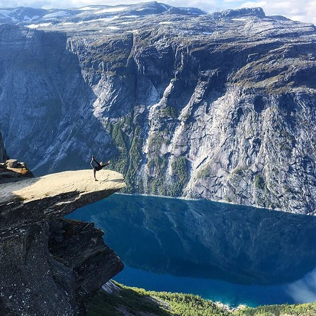 📍Trolltunga, Norway 🇳🇴 #dreamcometrue #bucketlist #visitnorway #norway #yoga #trolltunga #20miles #hike #dancerpose #travelingyogi #adventure #natarajasana #wearetravelgirls