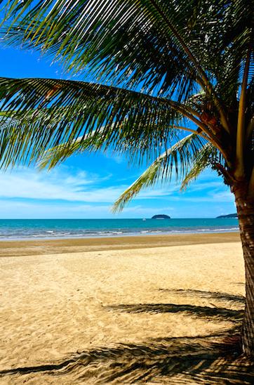 En negativ grej med Kota Kinabalu är att det inte finns några direkt bra stränder vid land. Man måste åka ut till öarna för att få bra snorkling och bad. Är man dock bara ute efter att hänga på en strand så finns det en helt ok nära flygplatsen. Inte så fint vatten men ett alternativ om man inte vill åka ut på sjön.