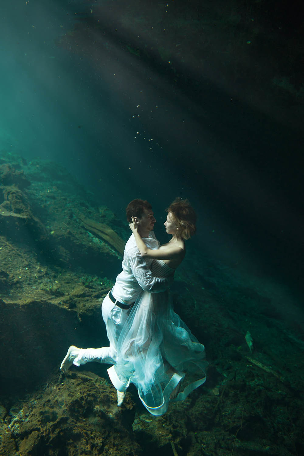 underwater-trash-the-dress-photographer-california.jpg